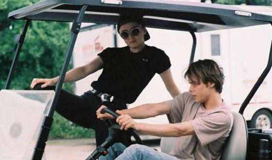 Мэйси Уильямс и Чарли Хитон веселятся на съемках «Новых мутантов»