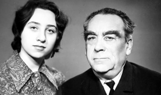 На фото: отец и дочь Леонида Броневого