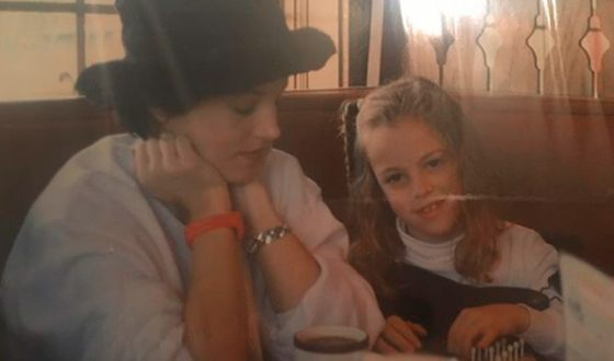 Райли Кио в детстве с мамой