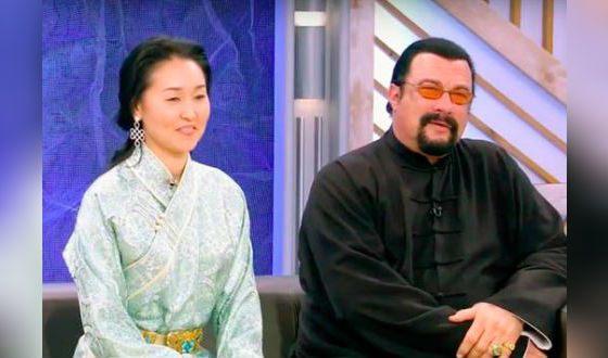 Сейчас Стивен Сигал женат на уроженке Монголии