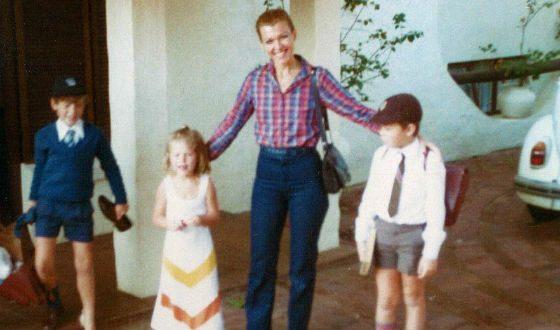 Маленький Илон (справа) с мамой, братом и сестрой
