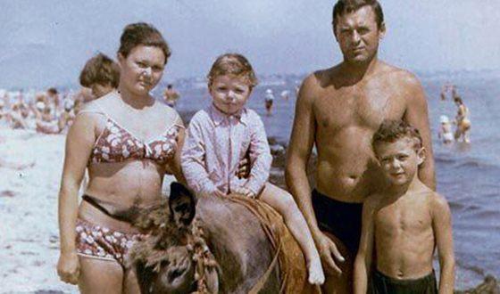 Андрей Носков в детстве с семьей на море