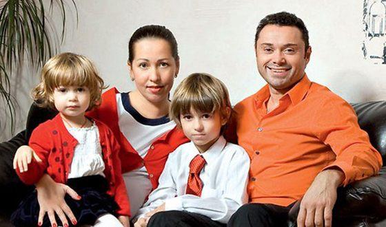 Андрей Носков с женой и детьми