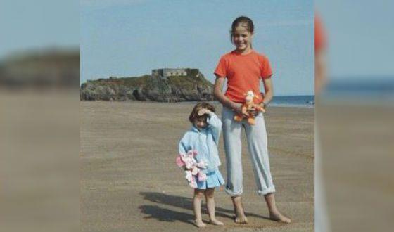 Дарья Шашина в детстве (справа, на фото с сестрой)