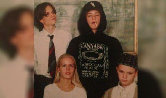 Юэль Киннаман в детстве (справа вверху)