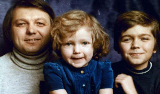 С отцом и сестрой Инной