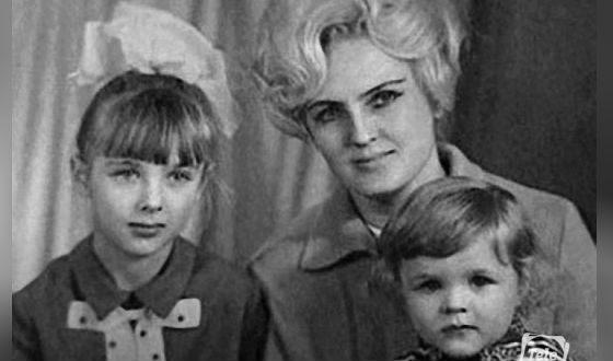 Елена Яковлева в детстве (на фото: с мамой и братом)