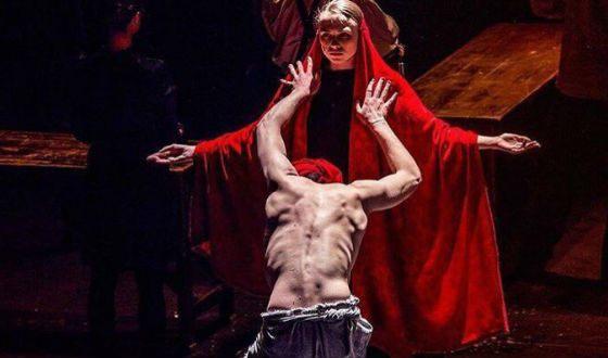 Яна Енжаева в спектакле «Конармия» в ЦИМ