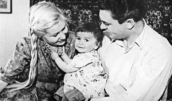Наталья Бондарчук в детстве с родителями