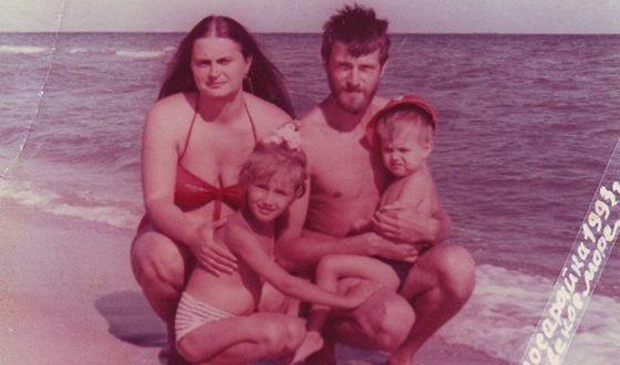 Алена Коломина в детстве с родителями и братом
