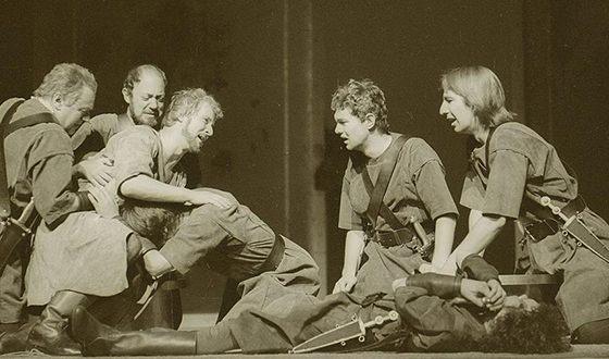 Алан Рикман играл в пьесах по Ибсену, Брехту и Шекспиру