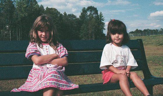 Камила Мендес в детстве с сестрой