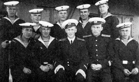 Лейтенант Иван Краско (в центре) во время службы на корабле