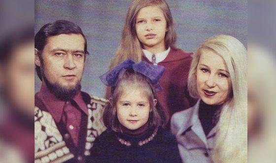 Эвелина Блёданс с родителями и сестрой