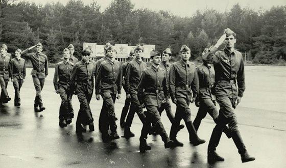 Михаил Прохоров во время армейской службы (на переднем плане)