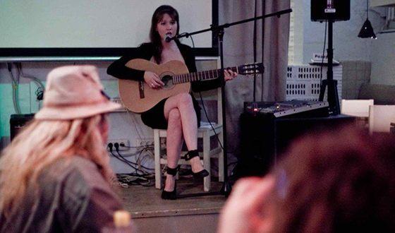 Научившись играть на гитаре, Айгель Гайсина впервые вышла на сцену в 16 лет.