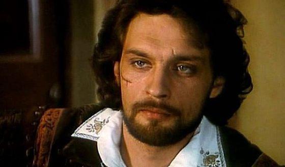 С 1995 года Александр Домогаров – актер Театра им. Моссовета