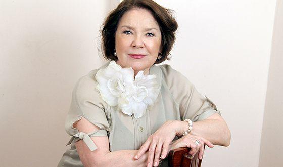 Сценический успех, сопутствовавший Ларисе Голубкиной в ее спектаклях, дополнялся успешностью ее эстрадной деятельности.