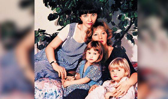 Елена Проклова с дочерьми и внучкой Алисой (посередине)