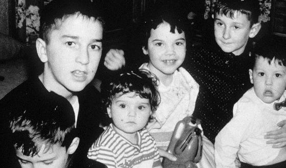 Мадонна (в центре) с братьями и сестрой