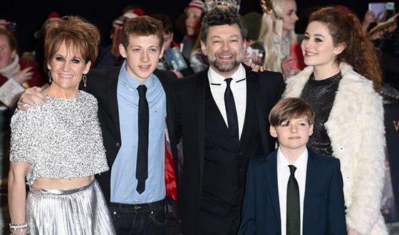 Энди Серкис с женой и детьми