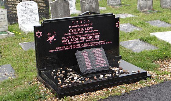 Эми Уайнхаус похоронена на еврейском кладбище Эджуэрбери Лэйн в лондонском предместье Эджуэр рядом со своей бабушкой