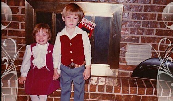 Ли Пейс в детстве с сестрой