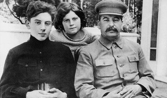 Иосиф Сталин с сыном Василием и дочкой Светланой