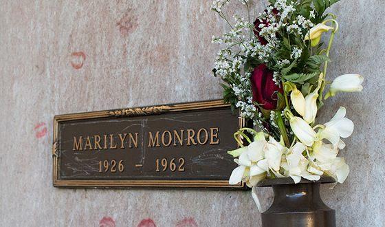 Мэрилин Монро похоронена в склепе на Вествудском кладбище в Лос-Анджелесе