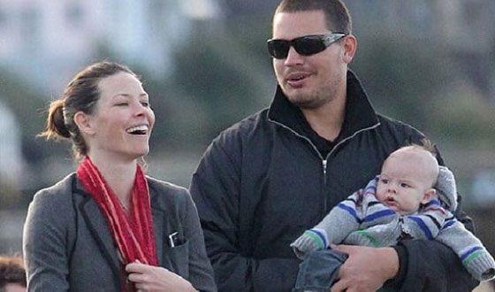 Эванджелин Лилли с мужем Норманном Кали и сыном