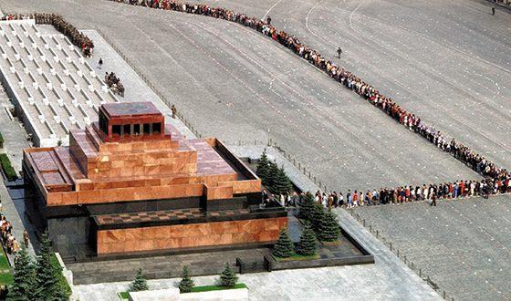 Похоронен Ленин в Мавзолее у Кремлевской стены
