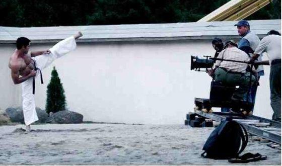 Скотт Эдкинс на съемках фильма «Ниндзя»