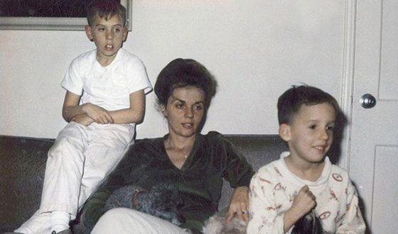 Тим Бёртон в детстве с мамой и младшим братом