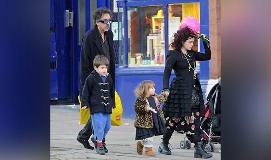 Тим Бёртон с Хеленой Бонем Картер и детьми