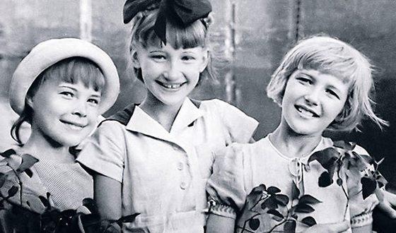 Светлана Дружинина в детстве (справа) с подругами