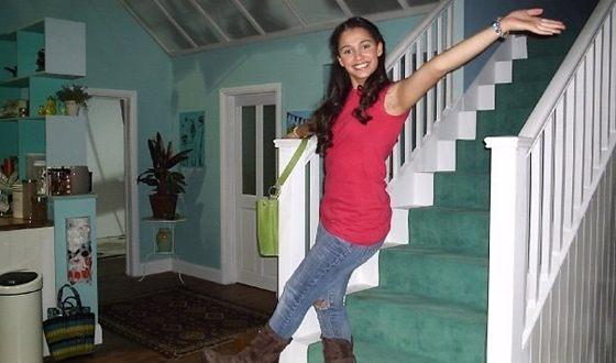 Наоми Скотт на съемках сериала «Жизнь кусается»