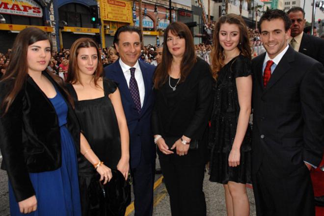 Энди Гарсиа с детьми и супругой