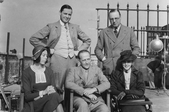 Алан Милн в окружении актеров его пьесы
