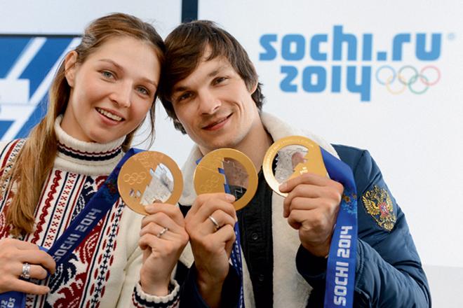 Алена Заварзина и Вик Уайлд с медалями Олимпиады