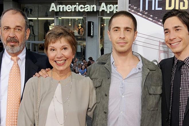 Джастин Лонг с родителями и братом