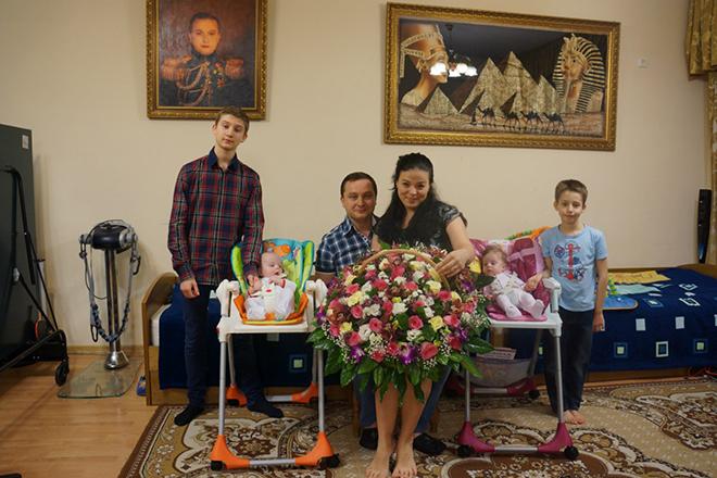 Роман Худяков с семьей