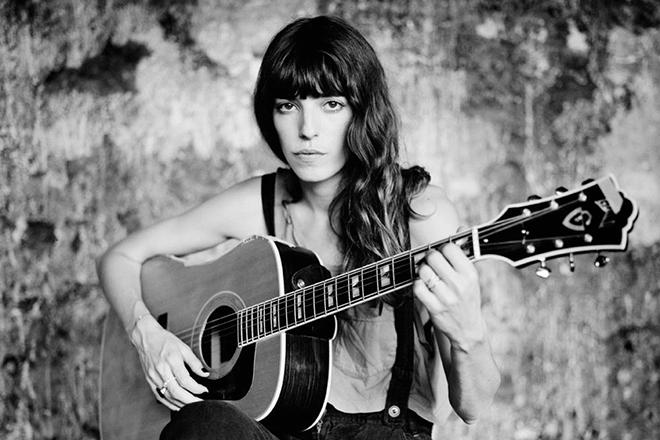 Джейн Биркин с гитарой