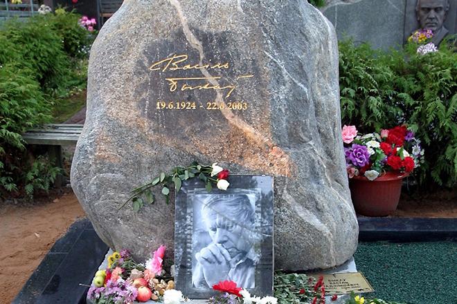 Памятник на могиле Василя Быкова