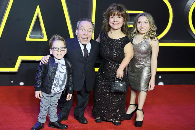 Уорвик Дэвис с семьей