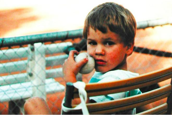 Роджер Феррер играет в теннис с детства
