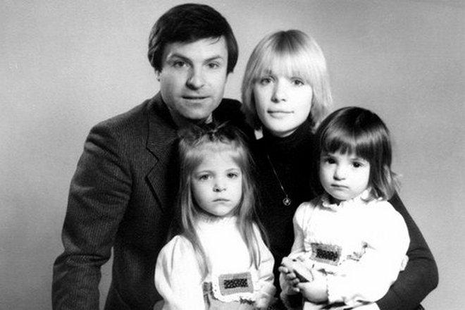 Анна Нахапетова с родителями и сестрой Марией