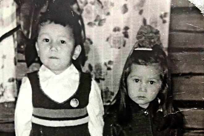 Айсен Николаев в детстве с сестрой