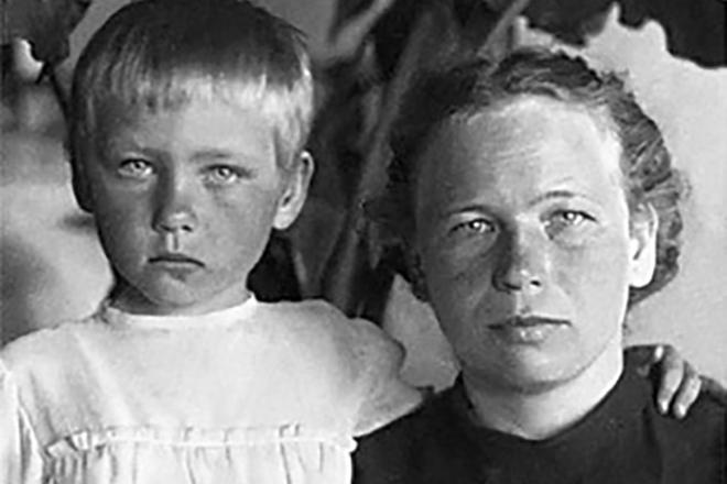 раскрывается всей актриса ия саввина с сыном фото выходит самый угол