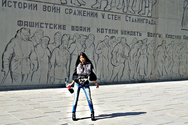 Алена Пискун на фоне мемориала павшим воинам