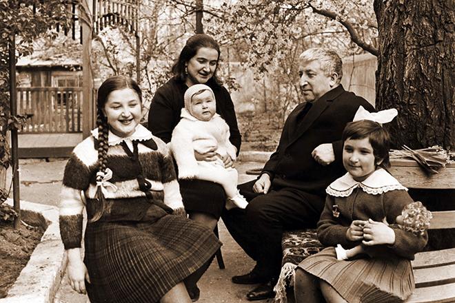 Расул Гамзатов с семьей